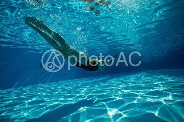 水中撮影の泳ぐ女性22の写真