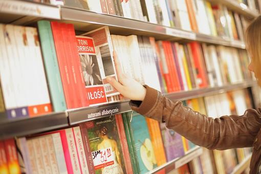 人物 女性 外国人 外人 外国人女性   外人女性 外国 海外 若い 若者   20代 ロングヘアー 金髪 書店 本屋 街中 町中 町歩き 街歩き 外出   お出かけ 休日 買い物 ショッピング 本 本棚 選ぶ 探す 手 部分 パーツ