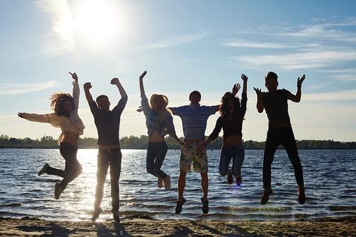 人物 外国人 モデル 男性 女性   男女 複数 グループ 仲間 友達   20代 若者たち 大学生 屋外 野外 自然 空 湖 水辺 水際 一列 並ぶ ジャンプ 飛ぶ 逆光 シルエット アクティブ 青春   mdff025 mdff026 mdff027 mdfm007 mdfm008 mdfm009