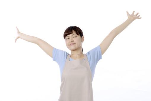 人物 屋内 白バック 白背景 日本人 1人 女性 20代 30代 エプロン  奥さん 奥様 婦人 家庭人 夫人 主婦 若い 手 両手 腕 胸 広げる 腕を伸ばす 胸を広げる 伸び 伸ばす 上げる 解放 目覚め やれやれ リラックス 目 目を閉じる 閉じる つむる 瞑る 両目 充足 満足 安心 安堵 深呼吸 mdjf018