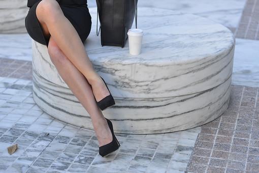 女 おんな 女性 パンプス ヒール 黒 スカート バッグ コーヒー 珈琲 座る 足 組む 足組む スレンダー すらっと 屋外 昼 昼間 ビジネス 仕事 ストッキング 肌色 ベージュ 白人 お洒落