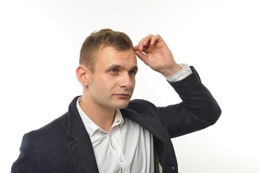 人物 男性 外国人 外人 外国人男性  外人男性 モデル 20代 30代 ポートレート  ポートレイト ポーズ 屋内 スタジオ撮影 白バック  白背景 シャツ ジャケット ビジネスマン サラリーマン  上半身 髪の毛 頭髪 薄毛 気になる 気にする mdfm022