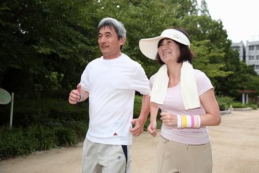 シニア 老人 おじいちゃん おばあちゃん 夫婦 おばあさん おじいさん ジャージ スポーツ 公園 屋外 タオル 仲良し ジョギング ランニング 走る マラソン 健康 ライフスタイル 笑顔 人物 日本人 60代 暮らし 生活 日課 運動 シニアライフ mdfs002 mdjm013