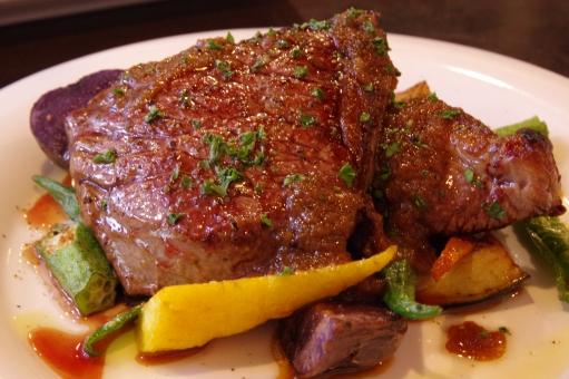 ステーキ 肉 肉料理 steak 牛肉 焼き イタリアン イタリア料理 パセリ ミディアムレア レア ウェルダン 野菜 黄色 オクラ 緑 vegetable ベジタブル 美味しい ランチ ディナー レストラン