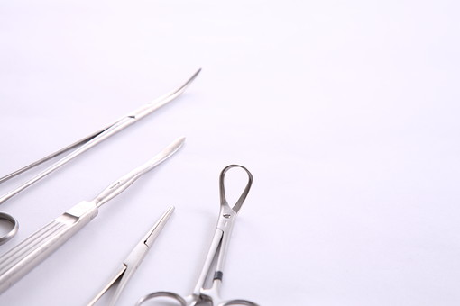 鉗子 メス 手術 医師 医者 外科 整形 形成 外科 脳外科 治療 器具 治療器具 怪我 ケガ 道具 医療 並べる 鋏 はさみ ハサミ 素材 スタジオ撮影 白バック 白背景 整形外科