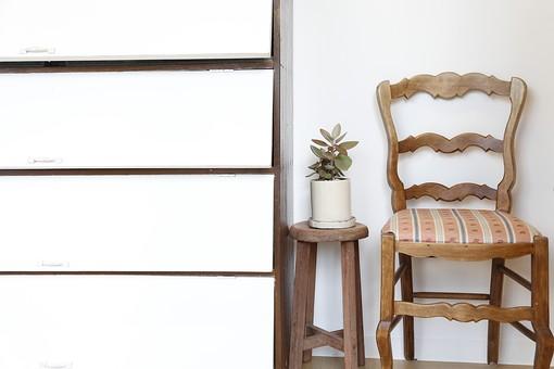 棚 シェルフ 引き出し タンス 木製 白ホワイト 茶色 ブラウン 椅子 チェアー 家具 レトロ おしゃれ かわいい キュート 植物 観葉植物 鉢 鉢植え ポット プランター 陶器 小さい ミニ チビ 卓上 テーブル 台 乗せる 置く インテリア 飾り 癒し 趣味 園芸 インドアガーデニング シンプル ディスプレイ 背景 壁 室内 部屋 ルーム ナチュラル