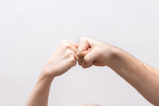 人 人間 人体 身体 人肌 肌 皮膚 手 指 手指 ゆび 関節 指の関節 デッサン 手のデッサン 手のモデル 手のポーズ  爪  右手  白い 白背景  曲げる 指を曲げる  手首 腕 手の側面  握る 拳 握りこぶし ぶつける 打つ ハンドモデル 男女 仲間 共闘 ライバル