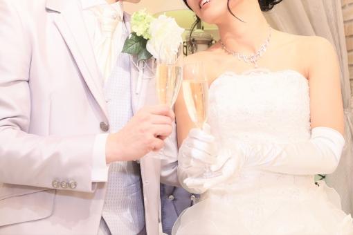 笑顔 撮影 記念写真 記念撮影 家族 夫婦 新婚 カップル お祝い 乾杯 シャンパン シャンパングラス 結婚 幸せ パーティー 婚礼 新婦 新郎 タキシード ウェディングドレス 婚約 結婚披露宴 ウェディングパーティー 前撮り 結婚パーティー