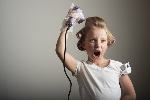 人物 こども 子供 女の子 少女  外国人 外人 キッズモデル かわいい 屋内  スタジオ撮影 ポーズ 表情 ポートレイト ポートレート ヘアカーラー 髪の毛 カーラー 巻く 身支度 おしゃれ ヘアスタイル スタイリング ヘアセット ドライヤー 上半身 おどける mdfk015