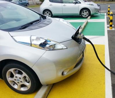 電気自動車 充電 電気 電力 自動車 車 乗用車 チャージ バッテリー 充電池 くるま 乗り物 EV EV ev 電気プラグ プラグ 専用プラグ 駐車場 給油 給電 エコ エコカー 電気カー カー car CAR 環境 クリーン 排気