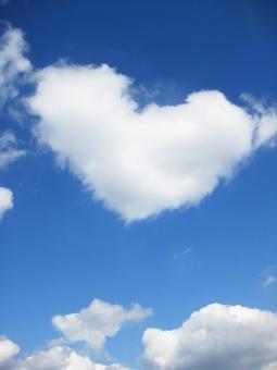 ハート 空 青空 そら あおぞら 雲 くも 面白い フワフワ ふわふわ コピースペース バレンタイン もくもく モクモク 青 白 あお しろ sky cloud heart blue white 背景 素材 テクスチャ ラブ love 愛 ロマンチック