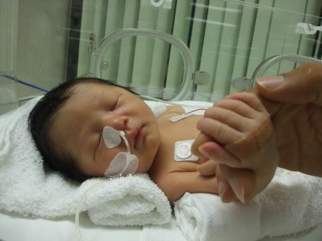保育器 小児科 入院 出産 お産 赤ちゃん あかちゃん 病気 子供 幼児 育児 子育 男の子 点滴 無菌 治療 母 ママ お母さん おかあさん 手 握手 愛 母子 慈愛 きずな 絆 思いやり