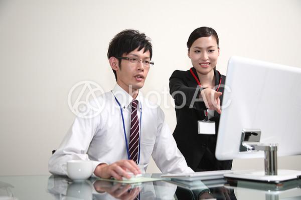 パソコンをするビジネスマン5の写真