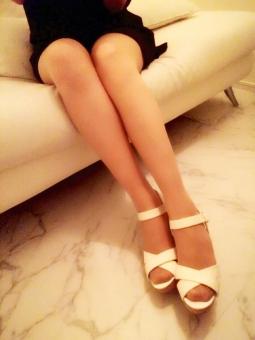 女性 足 脚 サンダル ハイヒール 靴 ワンピース セレブ イス 床 ソファー ストッキング 白 ホワイト 美脚 脹脛 ふくらはぎ 夏 パーティ タワーマンション 生活 ライフスタイル インテリア