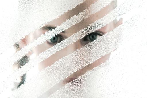 ガラス越しの女性9の写真