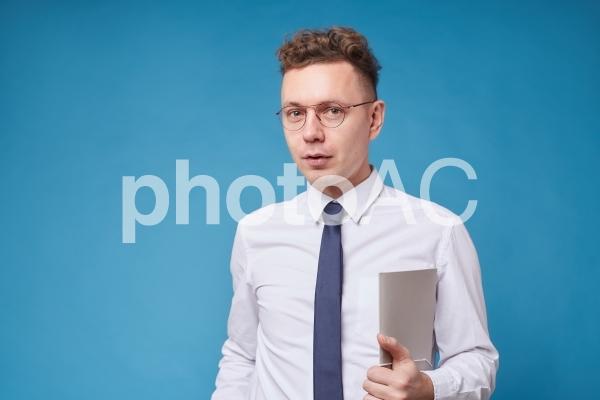 資料を持つビジネスマン12の写真