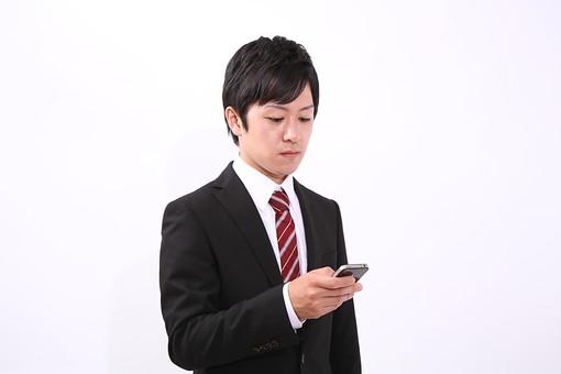 サラリーマン 男 男性 会社員 若者 男子 青年 スーツ 部下 ネクタイ 背広 営業 営業マン 社会人 ビジネスマン ビジネス 人物 社員 日本人 新入社員 20代 仕事 真面目 就職活動 スマホ スマートフォン スマートホン アイホン アイフォン iPhone メール スタジオ 白バック 白背景 若い mdjm004