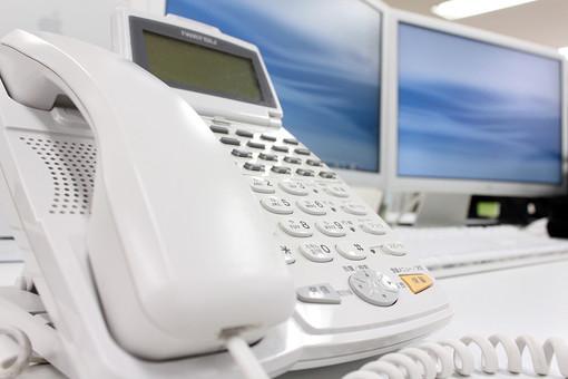 電話 パソコン モニター ボタン 白 オフィス 受話器 情報 ビジネス ビジネスホン 電話機 数字 ボタン 番号 事務 事務処理 office 会社 仕事 作業 勤務 働く Job 秘書 営業 モニター PC 着信 パーソナルコンピューター