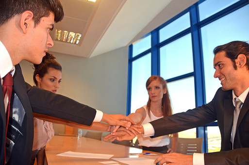 会社 オフィス ビジネス 仕事 職場 屋内 室内 働く スーツ 人物 男性 女性 ネクタイ 上司 部下 先輩 後輩 白人 インターナショナル 外国人 外人 外人男性 外人女性 白人女性 白人男性 グローバル 同僚 打ち合わせ 相談 会議 話し合い 決意 mdff125 mdff126 mdfm071 mdfm072