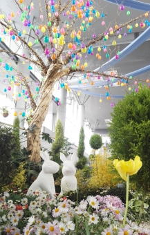 うさぎ 動物 植物 花 イースター お祝い 行事 季節 春 カラフル 石像 どうぶつ 緑 みどり 庭 屋内 デコレーション 装飾 木 葉 たまご 可愛い かわいい きれい はなやか ガーデン メルヘン 背景 彩