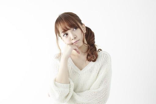 人物 女性 日本人 若い 20代   セーター ニット カジュアル モデル かわいい   キュート ポーズ おすすめ 屋内 白バック   白背景 上半身 仕草 悩む 迷う 考える 思う 思案 見上げる 思い出す 思い浮かべる 腕組み mdjf005
