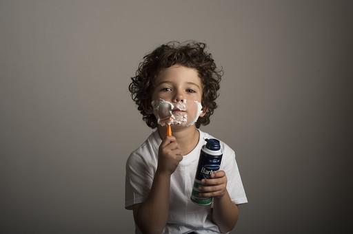 外国人 外人 白人 男性 男 男の子 子供 子ども 幼児 パーマ 天然 幼稚園 小学生 シャツ Tシャツ 白 髭剃り 髭を剃る シェービング 泡 カミソリ T字 顔剃り シェービングクリーム mdmk011