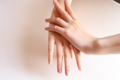 手を重ねてスキンケアしているの写真