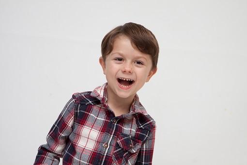 人物 こども 子ども 子供 男の子   少年 幼児 外国人 外人 かわいい   無邪気 あどけない 屋内 スタジオ撮影 白バック   白背景 ポートレート ポーズ キッズモデル 表情  シャツ  カジュアル 上半身 正面 笑顔 笑う 可笑しい mdmk010