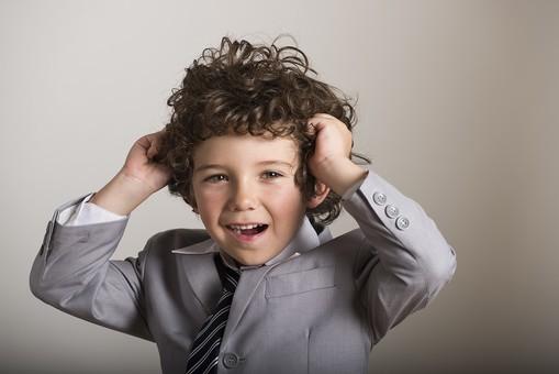 外国人 外人 白人 男性 男 男の子 子供 子ども 幼児 パーマ 天然 幼稚園 小学生 ビジネス ビジネスマン 仕事 働く 労働 サラリーマン 営業 スーツ ネクタイ ストライプ Yシャツ ワイシャツ ヘアー 髪 髪の毛 かきあげる しぐさ 笑顔 笑う 表情  mdmk011