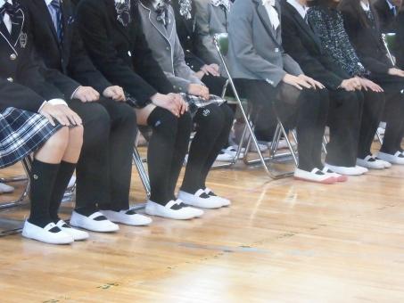 着席 男女 男子 女子 椅子 パイプ椅子 体育館 靴 上履 入学式 卒業式 小学生 中学生 学生 集会 朝礼 お話し 女 男 人間 発表会 演説 学校素材 子供 床 座る 身だしなみ 聞く お話し 話