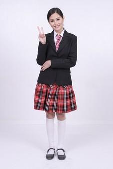 女性 外国人 モデル 美人 若い 制服 ブレザー スクール 学校 教育 面接 スーツ ビジネススーツ ネクタイ きっちり まとめ髪 上品 笑顔 ポーズ ハイソックス タータンチェック 赤いスカート スカート チェック柄 パンプス 白い靴下 ピース Vサイン mdff037