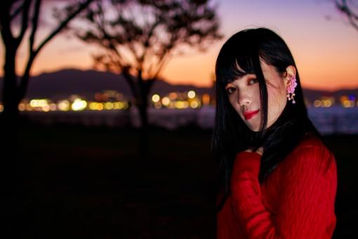 夕暮と赤い服の女性の写真