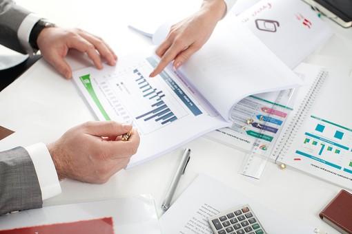ビジネス 仕事 ビジネスマン 会社 会社員 男性 シャツ スーツ 屋内 室内 オフィス 会議室 ミーティングルーム 机 デスク テーブル 打ち合わせ 会議 ミーティング 話し合い 資料 プリント グラフ 図 統計 手元 アップ 指差す