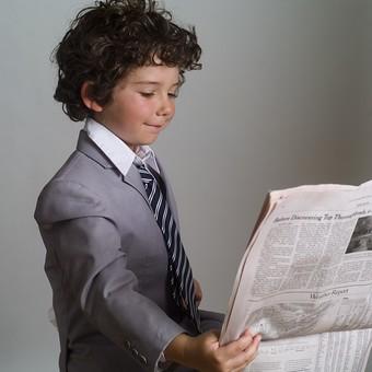 外国人 外人 白人 男性 男 男の子 子供 子ども 幼児 パーマ 天然 幼稚園 小学生 ビジネス ビジネスマン 仕事 働く 労働 サラリーマン 営業 スーツ ネクタイ ストライプ Yシャツ ワイシャツ 新聞紙 新聞 ニュース 情報 持つ 読む 見る 得る 情報取得 英字 英語 mdmk011