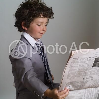 新聞を読む子供3の写真