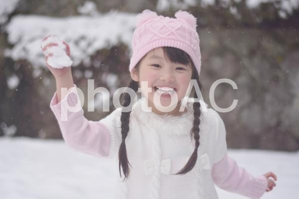 雪合戦をする子供の写真