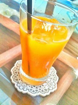 飲み物 ジュース 果物 フルーツ マンゴー 冷たい ひんやり 氷 コップ 喫茶店 カフェ ゆっくり ひと休み 休日 休み たのしい エンジョイ ハッピー だいだい オレンジ色 甘い おいしい うまい