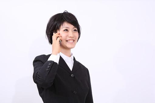 サラリーマン 会社員 若者 スーツ 部下 営業 社会人 ビジネス 人物 社員 日本人 20代 仕事 笑顔 スマイル スタジオ 白バック 白背景 スマホ スマートフォン スマートホン アイホン アイフォン iPhone 電話 女 女性 女子 OL カツラ かつら ウィッグ アジア人 mdjf028
