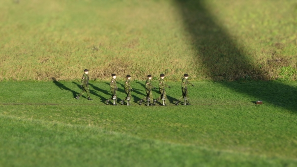訓練 トレーニング 特訓 練習 予行演習 演習 行進 進行 兵隊 兵士 歩兵 戦士 外国 ジオラマ ジオラマ風 おもちゃ かわいい キュート 小さい