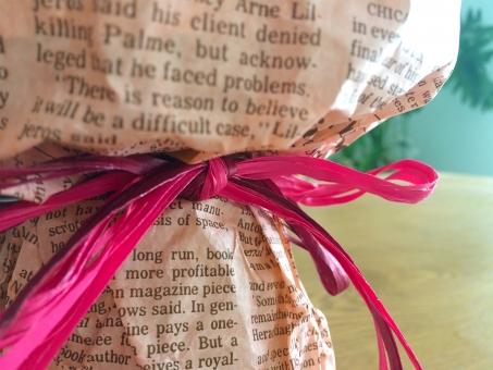 英字新聞 English‐language newspaper newspaper in English 英語 新聞 news paper ラッピング ギフト プレゼント リボン ピンク おしゃれ かわいい 贈り物 present gift ribbon wrapping wrap gift wrap 英字