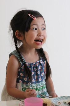 子供 人物 女の子 小学生 ケーキ 笑顔 日本人 少女 女子 こども キッズモデル 正面 室内 屋内 白バック 白背景 上半身 食べ物 お菓子 スイーツ デザート おやつ 食べる 三つ編み あどけない かわいい mdfk034