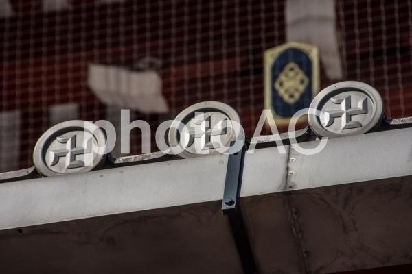 卍の瓦屋根の写真