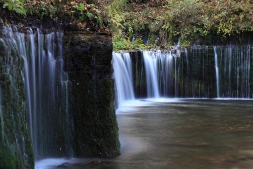 白糸の滝 横幅 水しぶき 幾重にも 水量豊か