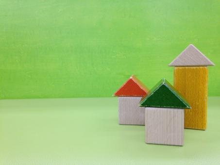 つみき 積み木 積木 オモチャ おもちゃ 玩具 木のおもちゃ 木 家 ハウス うち コピースペース 子供 こども 子ども 遊び 遊び場 屋内 トイ TOY いえ 緑 ブロック ホーム