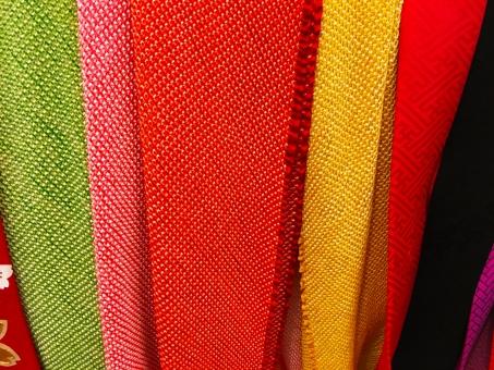 黒 白 部屋 屋内 着物 帯締め 帯揚げ ちりめん 緑 グリーン 赤 黄色 和服 和風 日本 伝統的