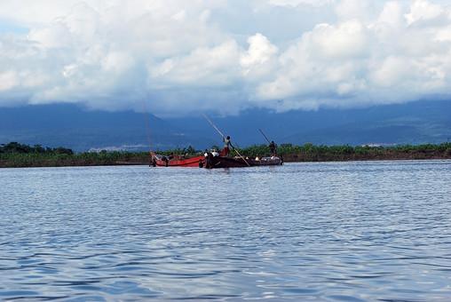 バングラディッシュ 海 波 水面 船 小舟 手漕ぎ船 渡し船 外国 海外 自然 風景 景色 環境  植物 緑 雲 空 森 林 山 晴れ 晴天 ボート 赤い船