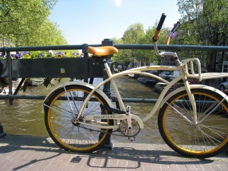 ヨーロッパ オランダ アムステルダム 緑 黄色い自転車 自転車 お洒落 かわいい 爽やか 運河