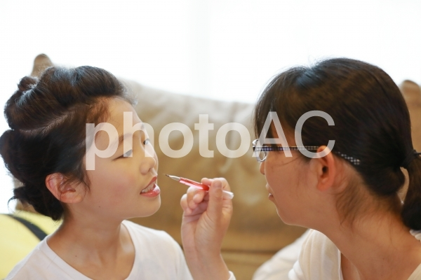 初めてメイクをする女の子1の写真