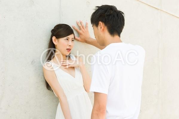 壁ドンするカップル14の写真