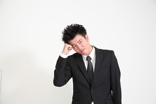 ビジネス 仕事 会社 ビル 建物 建築 建築物 壁 白い 部屋 サラリーマン ビジネスマン 会社員 男性社員 男性 男の人 成人 20代 スーツ ポーズ 握りこぶし 感情表現 悩む 拳骨 白背景 影 室内 屋内 日本人 人物 mdjm003